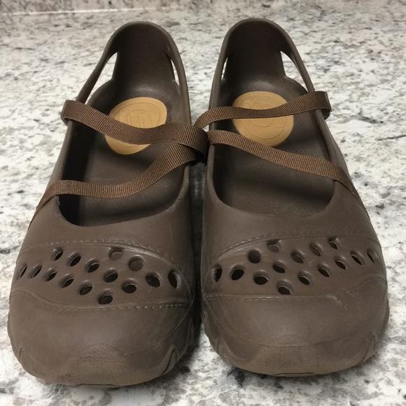 Brown Size 9 Skechers Crocs.